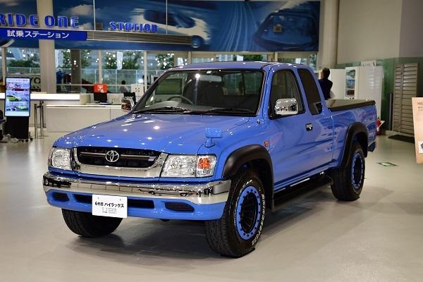 日本では2004年まで販売された6代目ハイラックス。全幅は1700mm台と現行型と比べコンパクトだった
