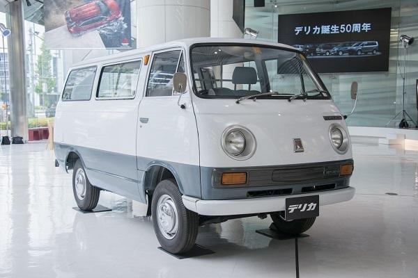 初代デリカ。小型トラックからスタートし、乗用車としては1969年登場の9人乗り「デリカ コーチ」より歴史が始まる