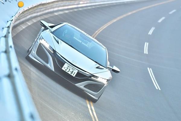 日本自動車研究所の高速周回路をゆくNSX。果たしてその最高速は!?