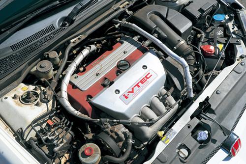 エンジンは220ps/21.0㎏mの2ℓDOHCを搭載。初期型はカムの切り替わり演出はなし