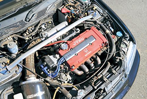 エンジンはB18C型の1.8ℓVTECにスワップされた試乗車だが、排気系はノーマルのまま。劇的な演出感は少なめ