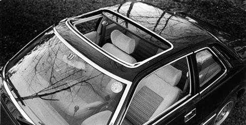 日本車初の電動式サンルーフが廉価グレードE以外に標準装備となっていた