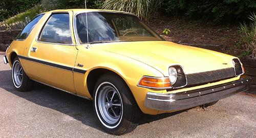 AMC・ペーサー(1975年・全高1320mm)…金魚鉢のあだ名をつけられた米国産ののっぽグルマ。初年度14万5000台を売り上げた。ただ米国では後年ワーストカーの汚名を着せられる