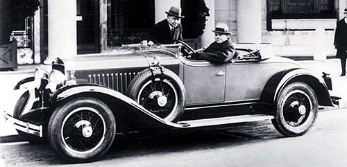 1927年のキャデラックのラサレ。ラダーフレーム構造ということもあり、当時どのクルマも全高はタップリあった