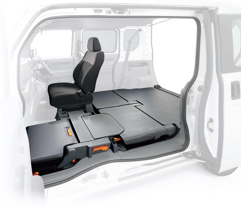 ホンダが公式に発表している数少ないN-VANティザー画像のひとつ。助手席側がピラーレスであることや、座席がフルフラットに畳まれることがわかる