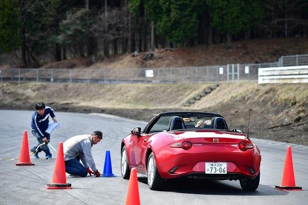20km/h定速走行の状態から計測開始点でギアをニュートラルに。そして、車が完全停止するまでの距離の長短で転がり抵抗をテストした