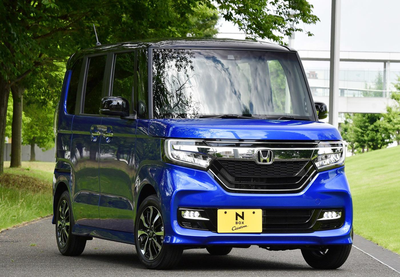ホンダN-BOXカスタム。N-BOXは今や日本のトップセラーカー。そういうクルマがド派手顔を採用