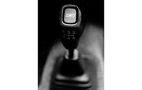 4WDはシフトノブの上のボタンによってワンタッチでFFに切り替えができた