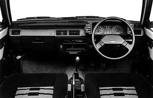 スバル車らしい質実剛健のコックピット。左右にスイッチをレイアウトするのが新鮮。バンドーネ製で世界初のCVTが採用されるのは1987年のこと