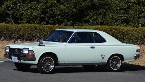 1967年のフルモデルチェンジで3代目となるとモダンなエクステリアとなる。1968年には2ドアハードトップが加わった。「白いクラウン」のキャッチコピーでパーソナルカーをアピール