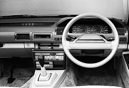 スポーティかつラグジュアリーなコックピット周り。ステアリングは2本スポークタイプ。また一部グレードにドアノブ下のボタン操作で行うキーレスエントリーが日本車で初めて初採用された