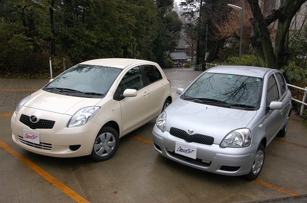2代目と初代のヴィッツ。5代、約25年続いたスターレットの名を改めた後継車は世界戦略車として新たな車名が与えられた