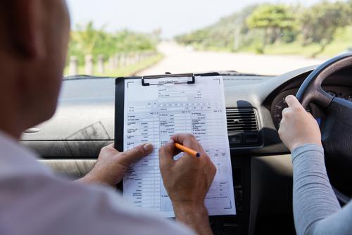 運転免許試験場の審査はキビシイ。しかし基本に忠実に、が求められるだけで応用技術は不要というのも覚えておきたい