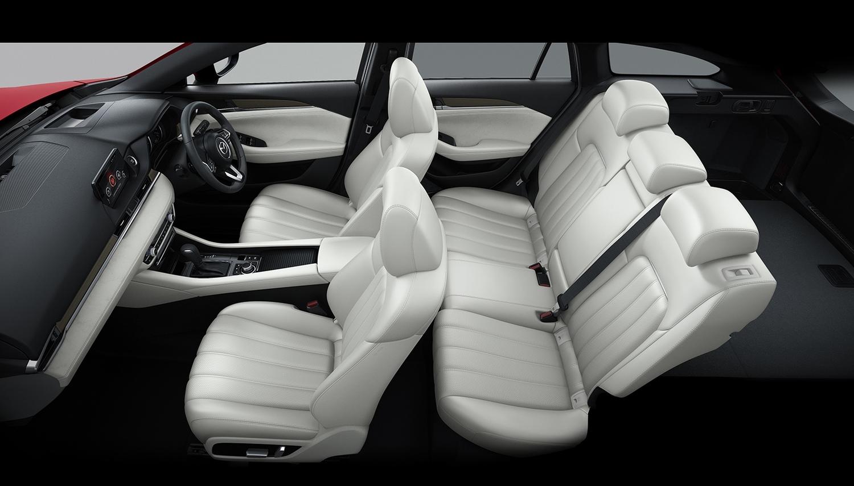 フロント、リアともにシートをデザイン一新し、乗り心地を向上(マツダ初のシートベンチレーション採用)。より高級車らしい仕上がりとなっている