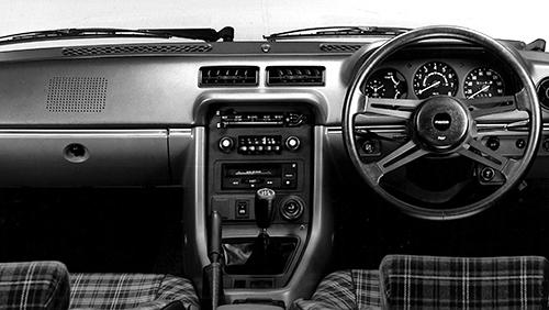 当時としてはかなりスポーティなコックピット周り。380㎜の小径ステアリングを採用しスポーツカーとしての機能とムードを演出した