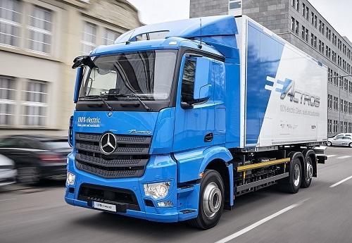 車両総重量は18〜25トンで、最大積載量は11.5トン。240kWhのリチウムイオン電池を2個搭載しており、航続距離は200㎞。アクスルは、アーバンeトラックと同様のものを採用