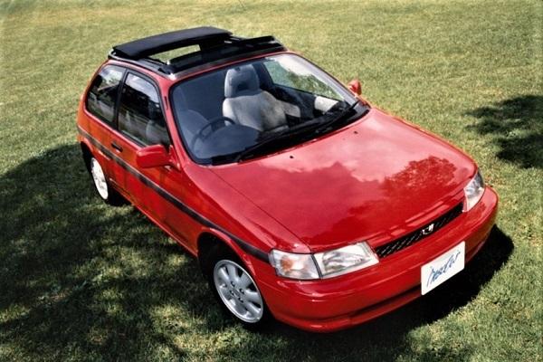写真は1990年発売の2代目カローラII。ターセル/コルサの姉妹車ながら「カローラ」の名を与えられた