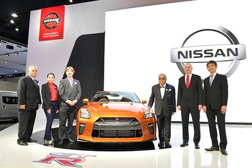 右端が田村氏。輸入車に高い関税をかける国では超高額車。日本人は幸せ!?