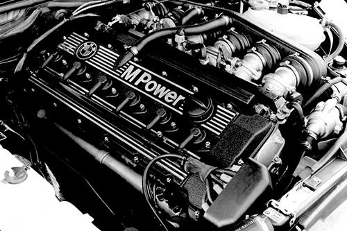 M1譲りの直6DOHC24バルブ、3.5ℓエンジン。ヘッドカバーのM Powerの文字が誇らしげだ