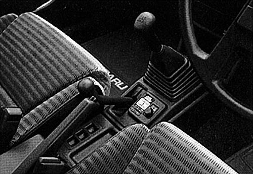 副変速機を持ち、実質10速のマニュアルミッションとなる。前がローで後がハイだ 副変速機を持ち、実質10速のマニュアルミッションとなる。前がローで後がハイだ