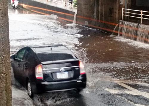 大雨になるとアンダーパスはこんなに大きな水たまりになることも!