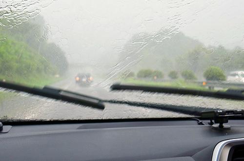 雨の降りが強いとワイパーを使っていても、視界が非常に悪くなる。スピードを控えめにして車間距離も確保したい