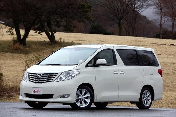 2代目アルファード。発売期間は2008~2015年で、発売当初の新車価格は300万~