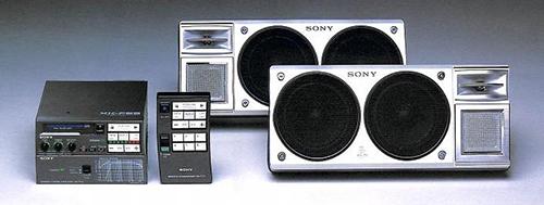 '80年代のカーコンポ全盛時代のカタログ写真。豪華なヘッドユニット、リアトレイに置く大型スピーカーが特徴だった