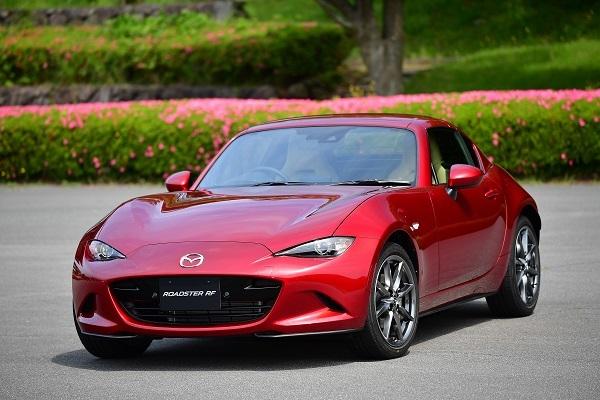 """先代CX-5の発売以来、深みのある赤""""ソウルレッド""""を各車に設定するマツダ。ロードスターはほかにグレー、ホワイト系3色、ブラック、ブルーの計7色展開"""