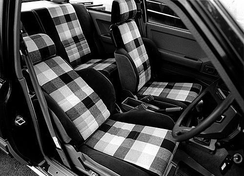 ポップなシートは、ヤングに人気。SRの運転席は8ウェイスポーツシートだった