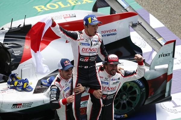 8号車のドライバーとして優勝のチェッカーフラッグを受けた中嶋一貴。トヨタのル・マン制覇は、日本人と日本車のパッケージで実現した初の優勝でもある