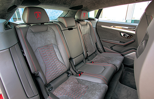 後席は3座と独立式2座を選ぶことができる。SUVを身に纏ったスーパースポーツだけに、この後席の存在意義は大きい。カイエンターボもたじたじといったところだろう