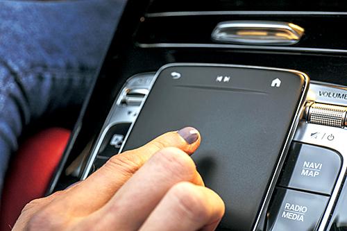 注目はNVDIAのAI技術支援で実現した音声認識AIシステムでアップル社の音声アシスタントシステム「Siri」のように「ヘイ、メルセデス」と声をかけるとMBUXが起動し、ナビの設定からエアコン、マルチメディアまでざまざまな音声操作が可能