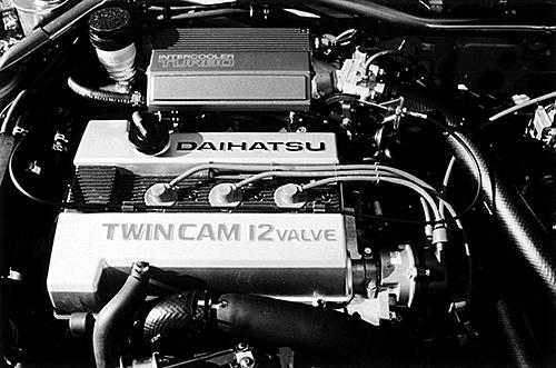 「TWIN CAM12VALVE」と誇らしげにヘッドに刻印され、赤いプラグコードがポテンシャルを予感させた。ちなみに4バルブヘッドはダイハツ初だった