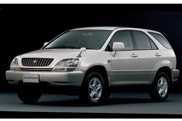 初代ハリアー(1997-2003年)。当時まだ数少なかったライトSUVはカムリベース。若年層にも人気を誇る