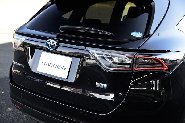 ハリアーハイブリッドは2.5Lエンジンにモーターを組み合わせ、JC08モード燃費は21.4km/L。新車価格は377万円台からと高いが、
