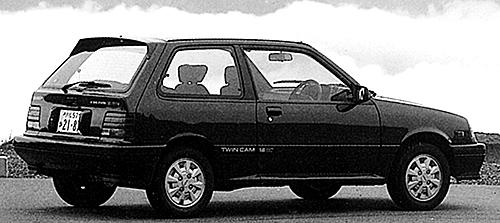 リアビューはカルタスの3ドアとあまり変わらないもの。なお5ドアもあった。タイヤサイズは165/65SR13だった