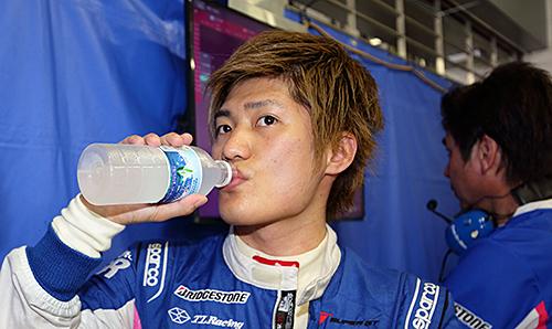 8月の富士でのレースは熱との戦いなので、水分補給など選手をはじめ大切だ
