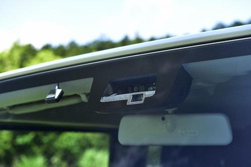 自動ブレーキをはじめ電子装備がアップデートされた新型ジムニー。より安全に、より確実に目的地に到達できる存在になった