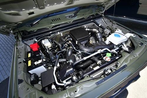 シンプルなエンジンルーム。吸気口をより高い位置へ持ってくるなどオフローダーとしての本質は守っている
