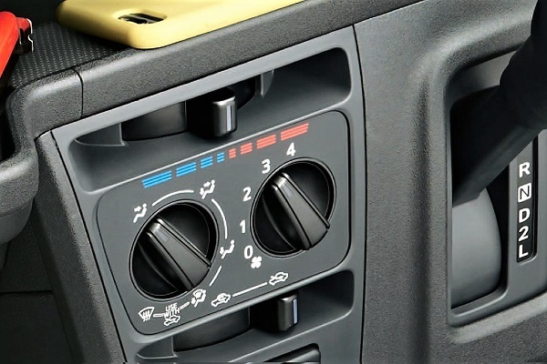 今や写真のようなマニュアルエアコンは商用車や低価格車の下位グレードを除き少数派となったが、より高価なオートエアコンにする必然性はある?