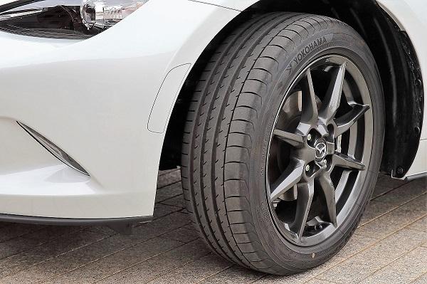 こちらはロードスターの純正タイヤ。ヨコハマのリプレイス用にADVAN V105という銘柄は存在するが、写真のタイヤには「OE」の2文字が刻印されており、それとは全く同一のものではないことを伺わせるわかりやすい例のひとつだ