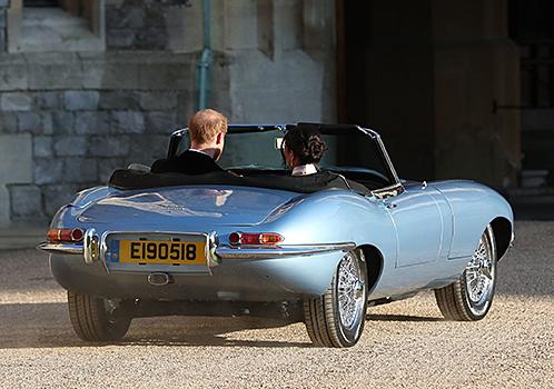 メーガン・マークル妃を乗せ、自らハンドルを握るヘンリー王子。車体後部には6気筒エンジンではなく、同重量・寸法の電動パワートレーンを搭載