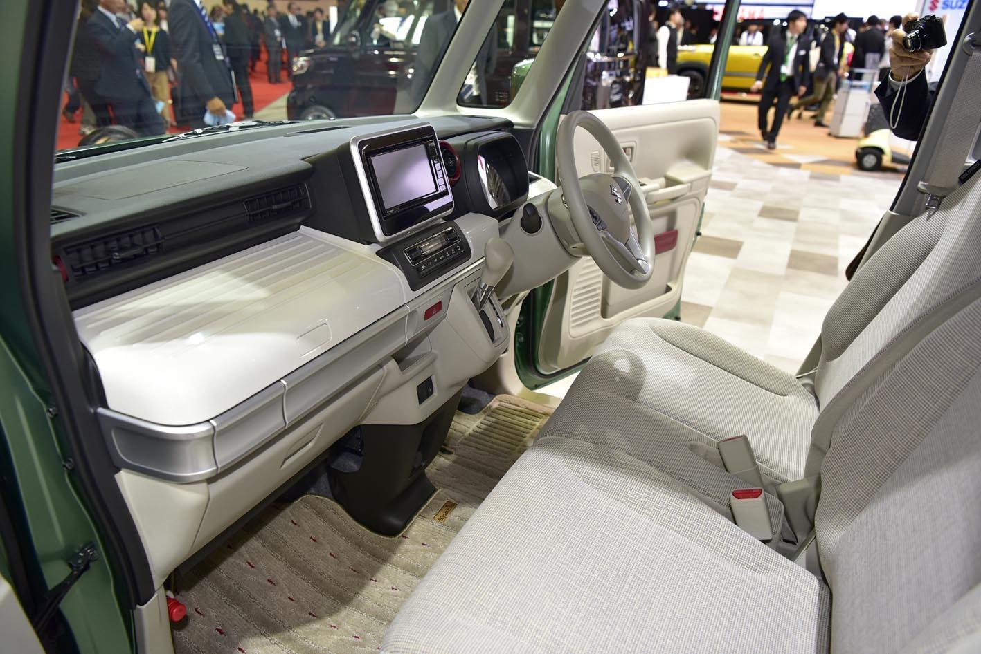 モーターショーに出品されたスペーシアコンセプトの内装。助手席側のダッシュボードに広大なスペースがある。使い勝手がめちゃくちゃよさそう