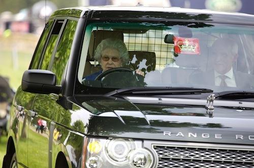 91歳になってもバリバリ運転をこなすエリザベス女王。大戦時の経験がいまも活きる