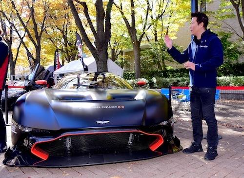 アストンマーチン ヴァルカンの説明をするCARGUYの木村武史氏。4億円のクルマを見れば元気も出るはず!!