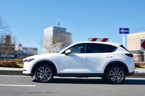 最新の電子制御4WD「i-ACTIVE AWD」を搭載するマツダ CX-5。同社のテストでも圧雪路の一定の局面では4WDの燃費が2WDを上回るという