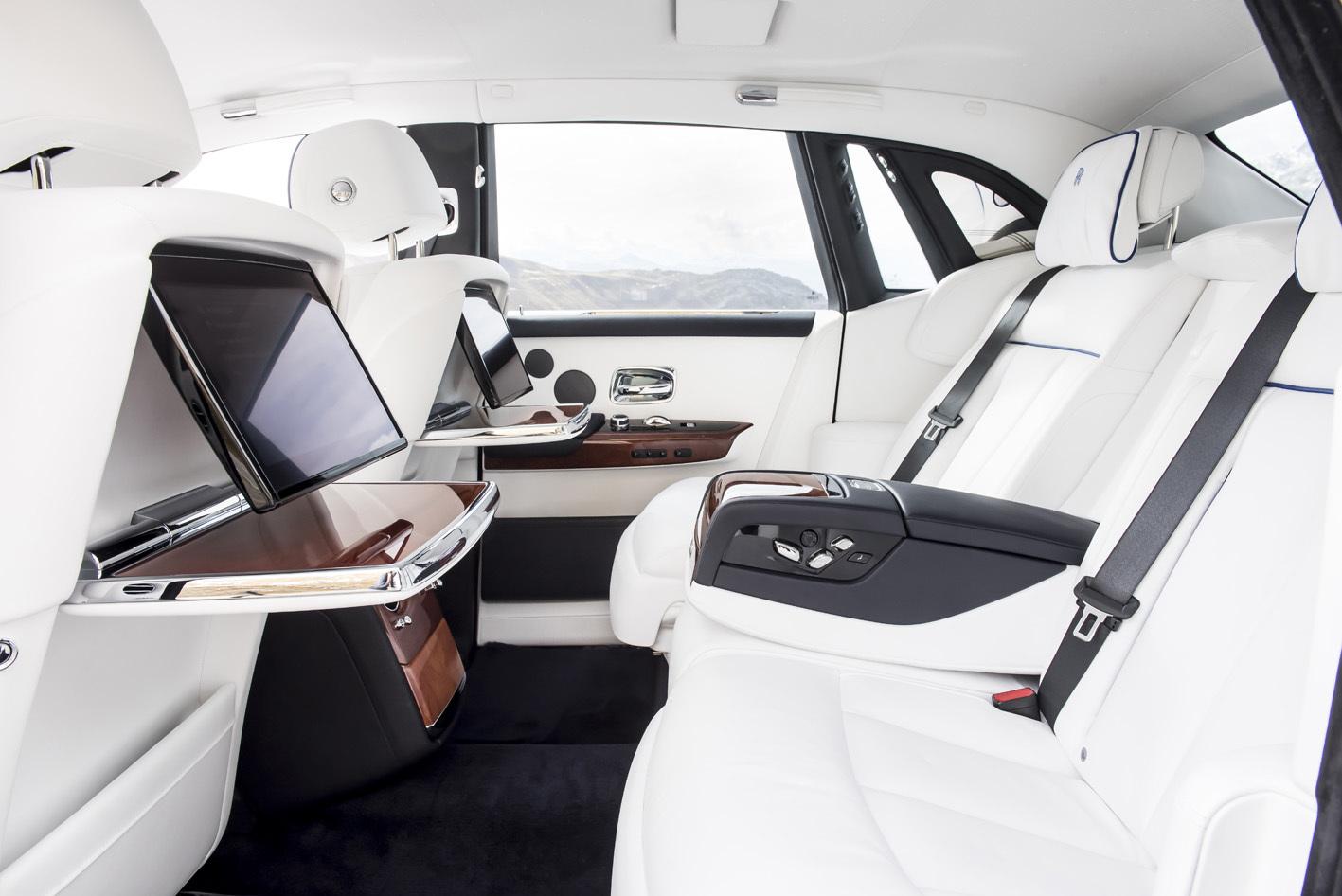 後席には左右にWeb接続済みのモニターが装着されている。なんというか、リビングが移動する感じ