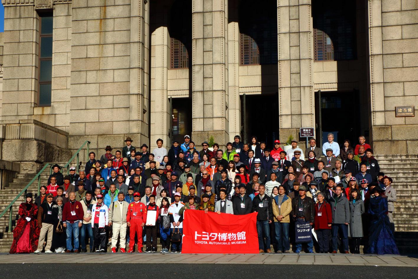 イベント開催を記念し、参加車両のオーナーとトヨタ博物館の布垣館長との記念撮影も行われた