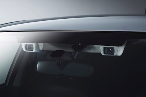 いわゆる自動ブレーキには、センサーとしてカメラ、ミリ波レーダーを使うものが多数。スバルのアイサイトはカメラのみでセンシングを行う
